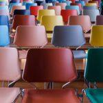 Vom Los leerer Stuhlreihen
